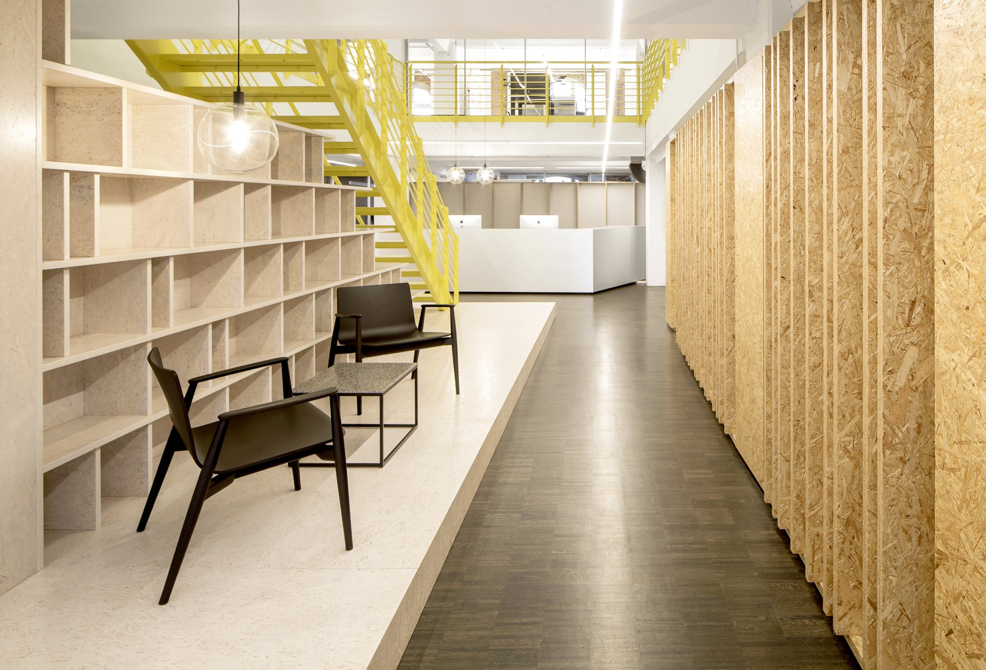 Razorfish Bibliothek Regal OSB Lamellen gelbe Treppe LED Licht Linien Office Design by Batek Architekten